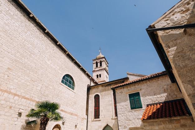 Cúpula da igreja de são francisco em sibenik, com um lindo céu azul ao fundo