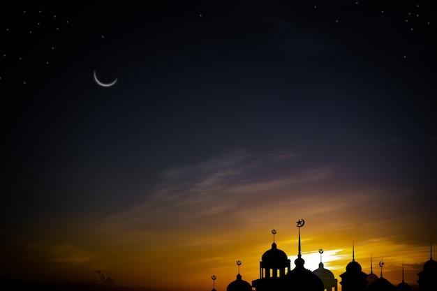 Cúpula das mesquitas no crepúsculo à noite, fundo preto e amarelo escuro