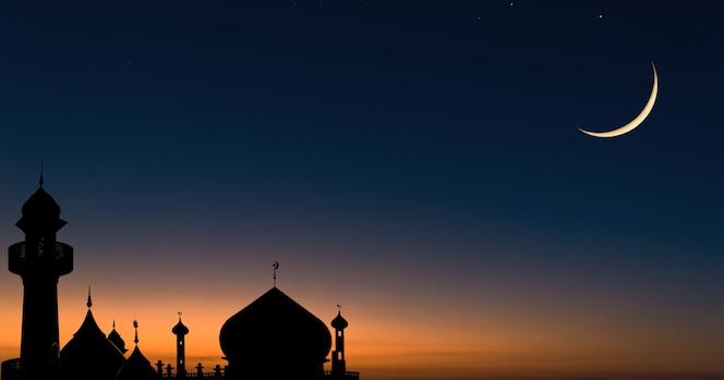 Cúpula de mesquitas em céu crepuscular azul escuro e lua crescente, símbolo da religião islâmica