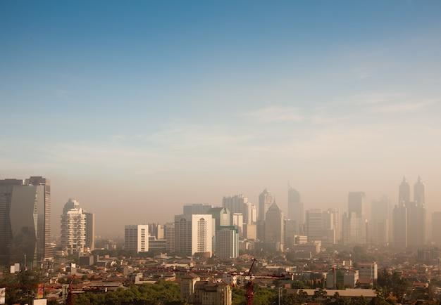 Cúpula de poluição atmosférica sobre uma cidade grande
