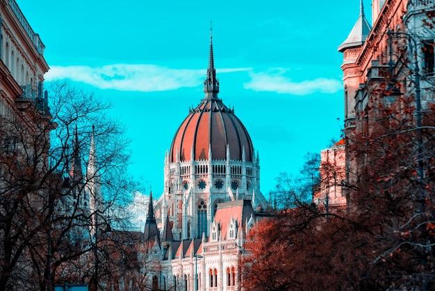 Cúpula do parlamento húngaro visto de uma rua da cidade de budapeste, hungria