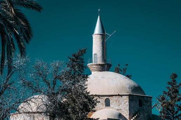 Cúpula e minarete de hala sultan tekke. distrito de larnaca, chipre