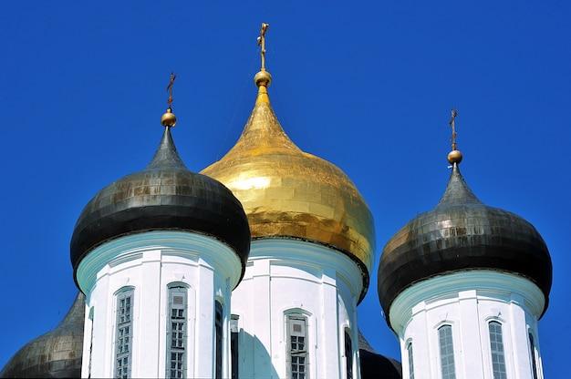 Cúpulas com cruzes kremlin ortodoxo em pskov, rússia