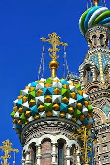 Cúpulas da igreja ortodoxa do salvador com sangue em são petersburgo