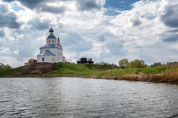 Cúpulas de uma igreja ortodoxa em uma bela paisagem de verão