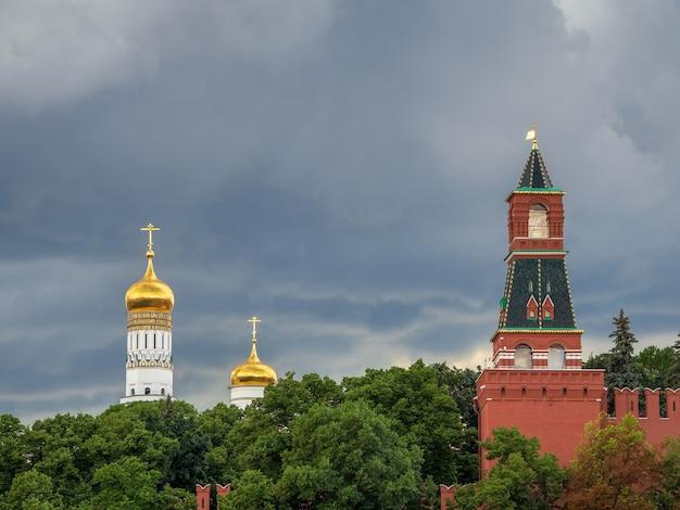 Cúpulas douradas da antiga catedral no kremlin de moscou antes de uma chuva torrencial
