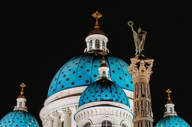 Cúpulas noturnas com estrelas da catedral de troitsky em são petersburgo