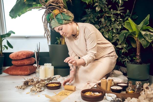 Curador. curandeiro ayurvédico lidando com ingredientes naturais e parecendo ocupado