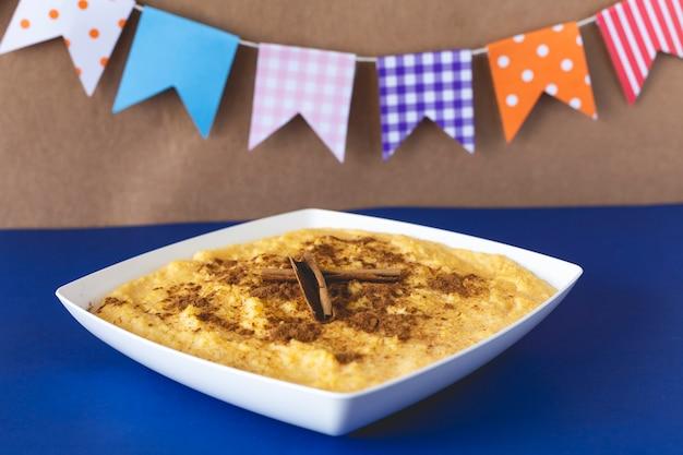 Curau, canjica, angú, creme de milho e sobremesa típicos da culinária brasileira.