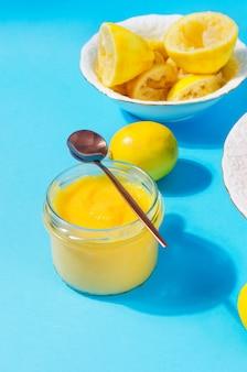 Curdo de limão em uma jarra de vidro com colher