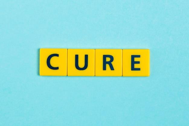 Cure palavra em telhas scrabble