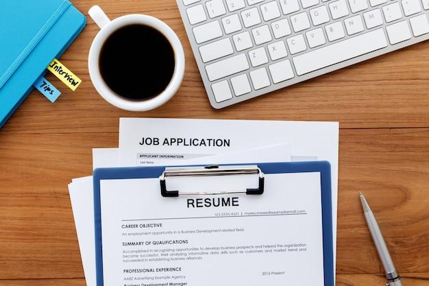 Currículo e solicitação de emprego na mesa de escritório