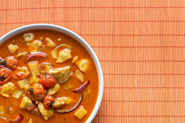 Curry amarelo tailandês com frango