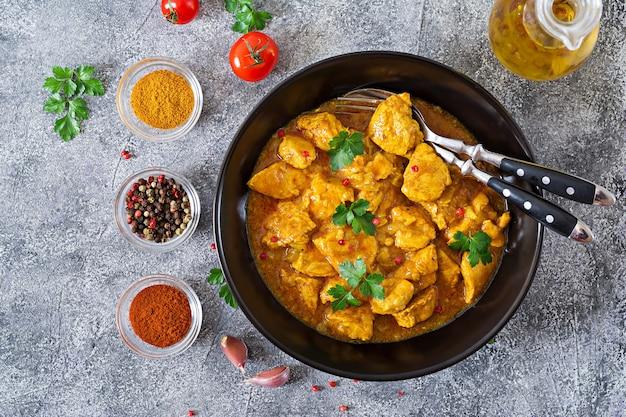 Curry com frango e cebola. comida indiana. cozinha asiática. vista do topo