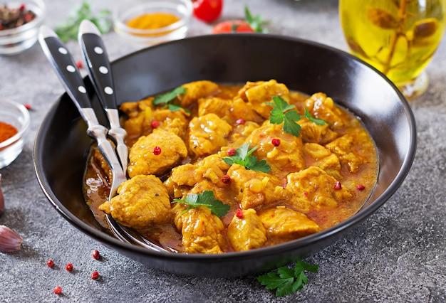 Curry com frango e cebola. comida indiana. cozinha asiática.
