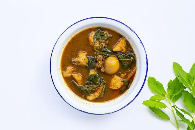 Curry de frango apimentado com pasta de pimenta tailandesa do sul na parede branca