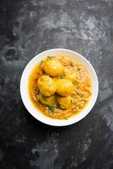 Curry dum aloo indiano com batatas fritas e temperos, servido em uma tigela