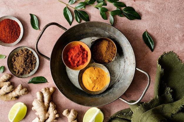 Curry especiarias ingredientes manteiga frango em uma bandeja de alimentos fotografia plano lay