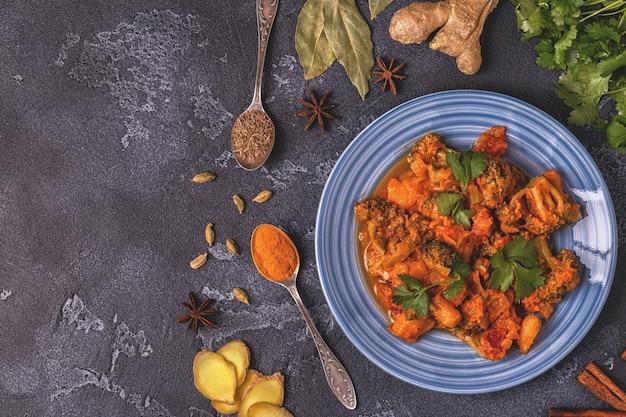 Curry indiano tradicional com legumes