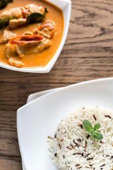 Curry panang tailandês com tigela de arroz branco e selvagem