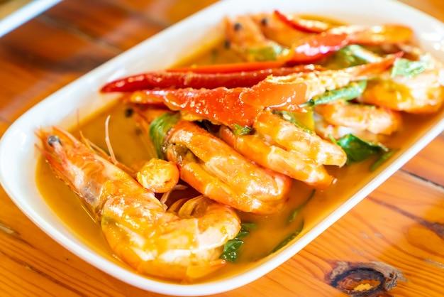 Curry tinto seco frito com camarão