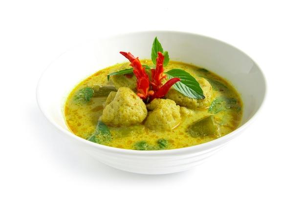 Curry verde com bola de peixe na sopa de pasta de pimenta doce com leite de coco