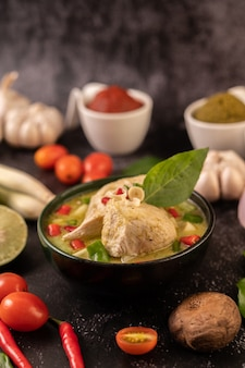 Curry verde feito com frango, pimenta e manjericão, com tomate, limão, folhas de limão kaffir e alho.
