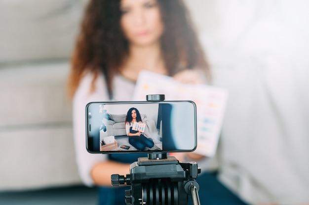 Curso de arte online. artista fazendo vídeo tutorial ou streaming ao vivo