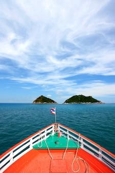 Curso de barco indo para o mar da tailândia