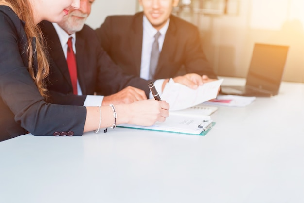 Curso de desenvolvimento pessoal, coaching e treinamento para o trabalho em equipe empresarial. reunião e discussão com colegas