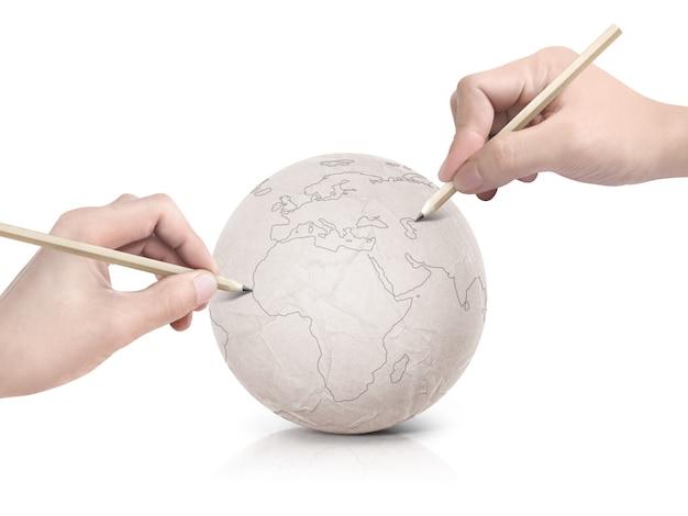 Curso de duas mãos desenhando o mapa da europa na bola de papel