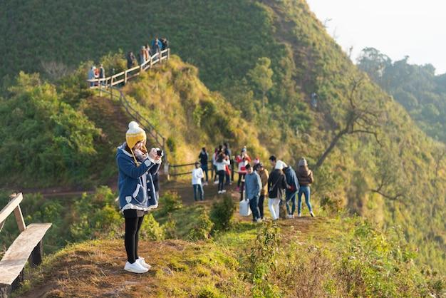 Curso de turista na montanha do daw do chee de phu em chiang rai. tailândia