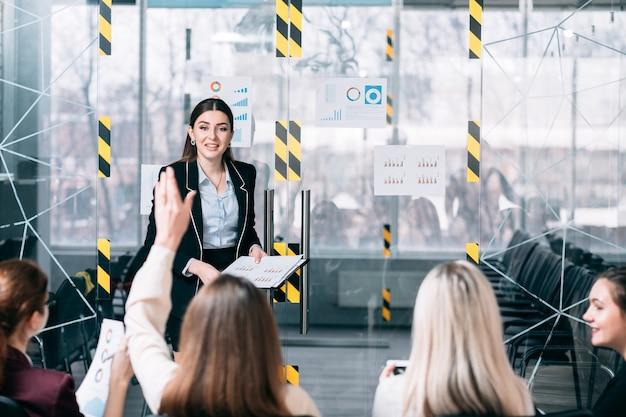 Cursos corporativos. treinamento em estratégia de marketing. coach de negócios respondendo a perguntas de funcionários da empresa.