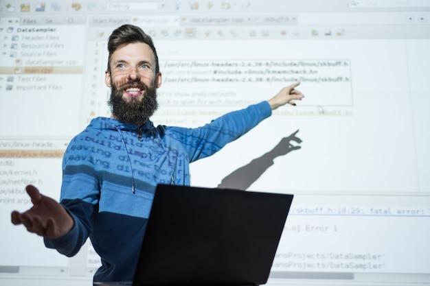 Cursos de programador em centro de educação homem professor gesticula enquanto palestra sobre tecnologia