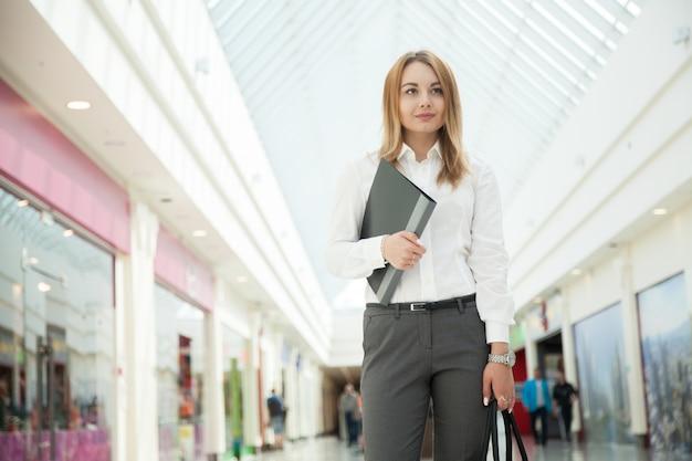 Curta empresária no shopping