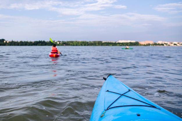 Curva de caiaque na pacífica água calma
