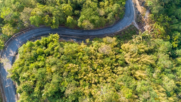 Curva de estrada de asfalto na imagem de alta montanha pela vista aérea do zangão