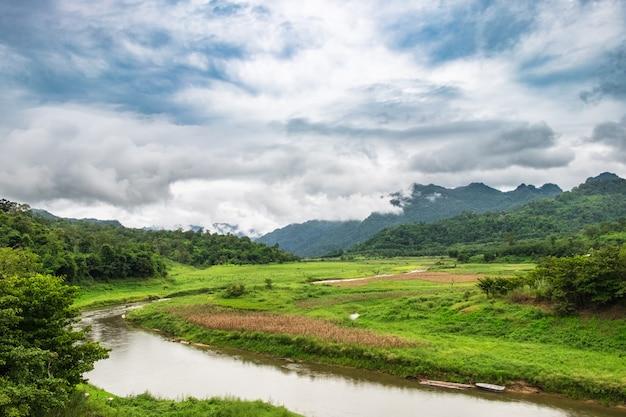 Curva de fluxo de campo verde e montanha