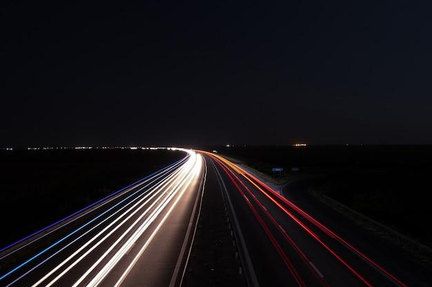 Curva de trilhas de carro da estrada
