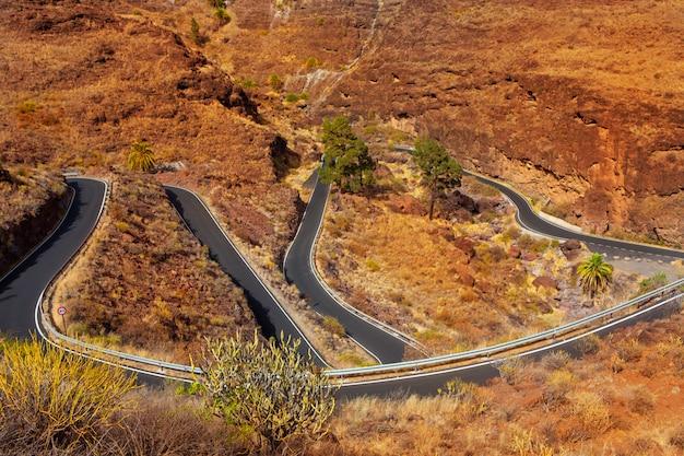 Curvas estrada sinuosa alta vista nas montanhas vermelhas
