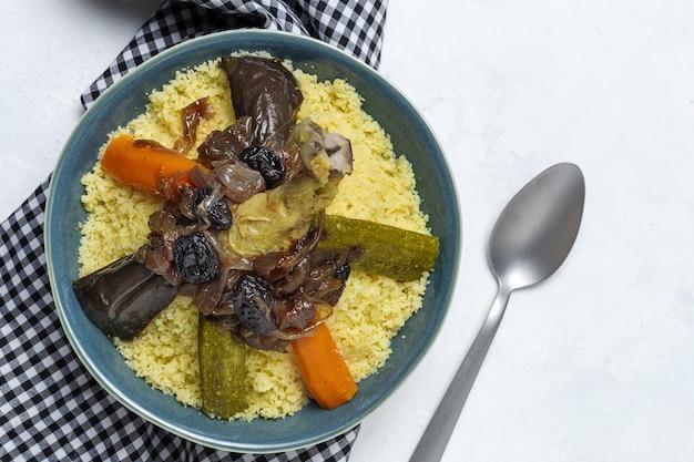 Cuscuz caseiro tradicional com frango e legumes de cima. comida árabe. comida marroquina.