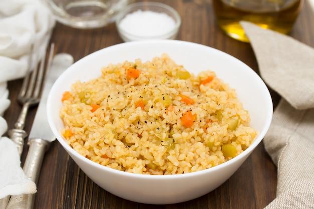 Cuscuz com legumes em uma tigela branca