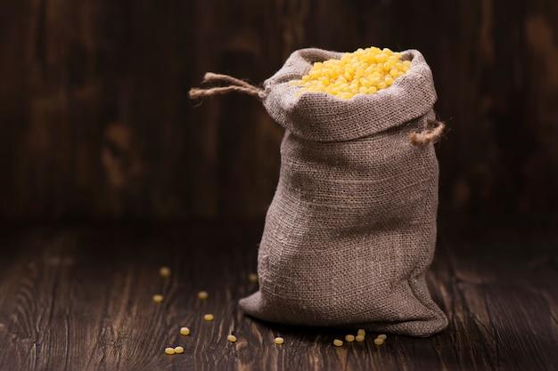 Cuscuz de pérola dourada em um saco de serapilheira