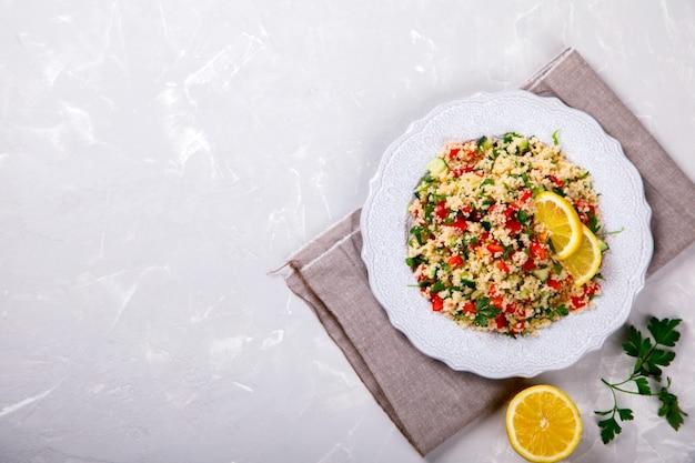 Cuscuz de salada de tabule no prato. oriente médio tradicional