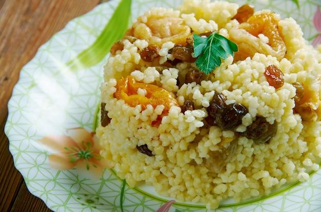 Cuscuz doce bil zbib. sobremesa argelina com bagas e frutos