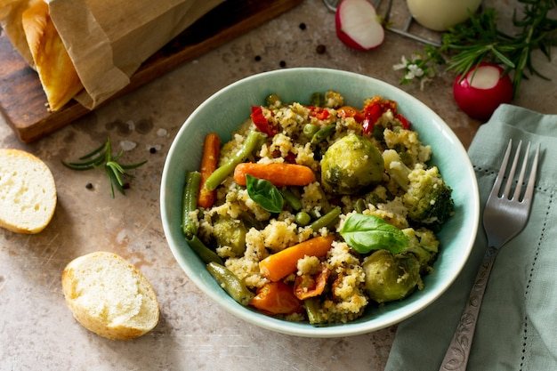 Cuscuz e vegetais com dieta vegana saudável