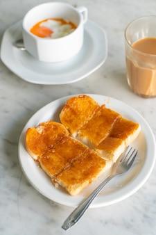 Custard com pão torrado no prato branco