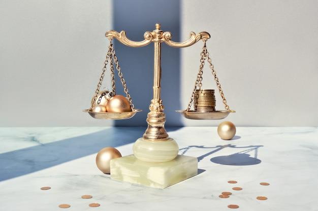 Custo do conceito de férias de natal. balanças de peso, equilíbrio vintage com pilha de moedas em mármore.