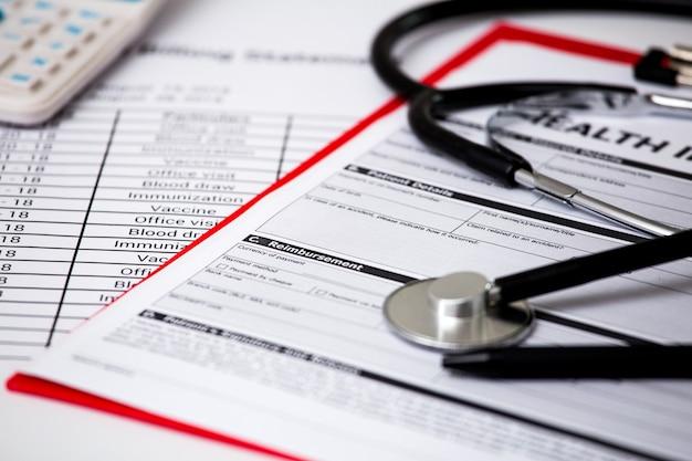 Custos com cuidados de saúde. estetoscópio. custos de cuidados de saúde ou seguro médico