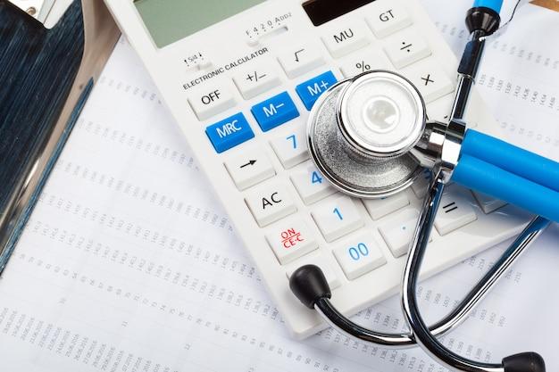 Custos com cuidados de saúde. estetoscópio e calculadora